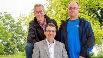 Nationalrat Matthias Jauslin (FDP, Mitte) setzt sich als Präsident des Pro-Komitees «Badi und Eisbahn ja» für die Wohler Projekte ein. Neben ihm Urs Meier (links), Präsident der Eisbahngenossenschaft, und Bad- und Eismeister Stefan Meier.