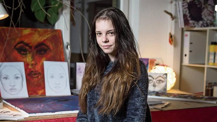 Robin Schönbeck bei sich zu Hause in Nottwil. Malen ist ihr Hobby.