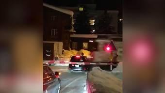 Spektakuläre Bilder: Bei einem Bahnübergang in Davos war ein Auto eingeklemmt und wurde von einem Zug erfasst.