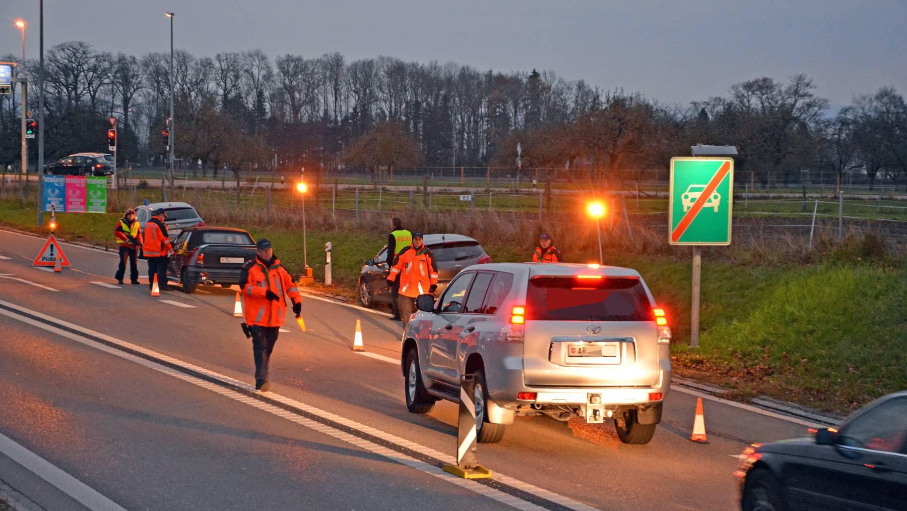 Einsatzkräfte der Kantonspolizei Thurgau kontrollierten auf dem Autobahnzubringer in Arbon während mehreren Stunden Fahrzeuge und Personen. (Bilder: KapoTG)