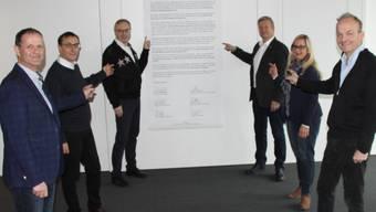 Der Vorstand von Gastro-Aargau - Präsident Bruno Lustenberger hinten rechts - versammelt vor dem offenen Brief von Alain Berset.