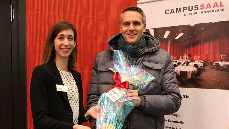 Kim Böhlen,  Marketing-Verantwortliche, überreicht Patrick Lichtsteiner zur Feier des Anlasses ein Geschenk.