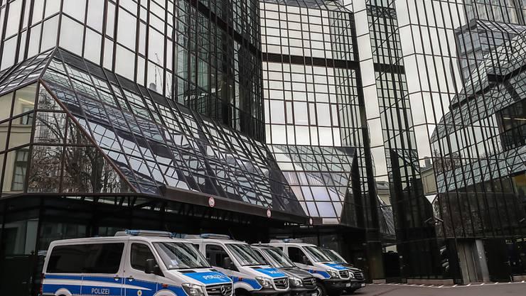 Polizei im Headquarter: Der Konzernchef der Deutschen Bank Christian Sewing  hat auf die Geldwäscherei-Vorwürfe in seinem Geldhaus reagiert.