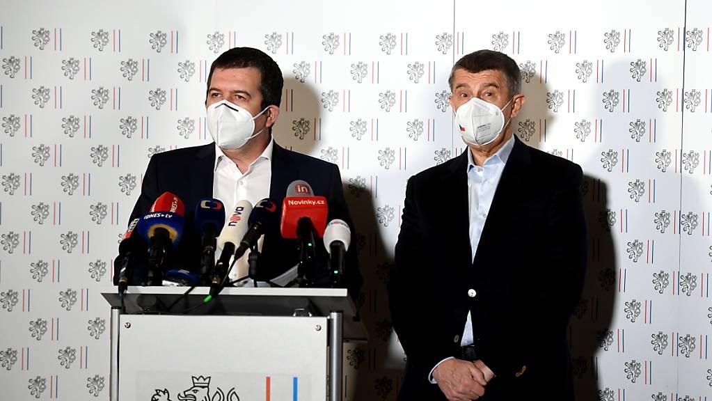Andrej Babis (r.), Ministerpr‰sident von Tschechien, und Jan Hamacek, Innenminister von Tschechien, bei einer auflerordentlichen Pressekonferenz. Foto: ÿÌhov· Michaela/CTK/dpa
