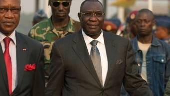 Präsident Michel Djotodia (r.) auf dem Weg zum Flughafen (Archiv)