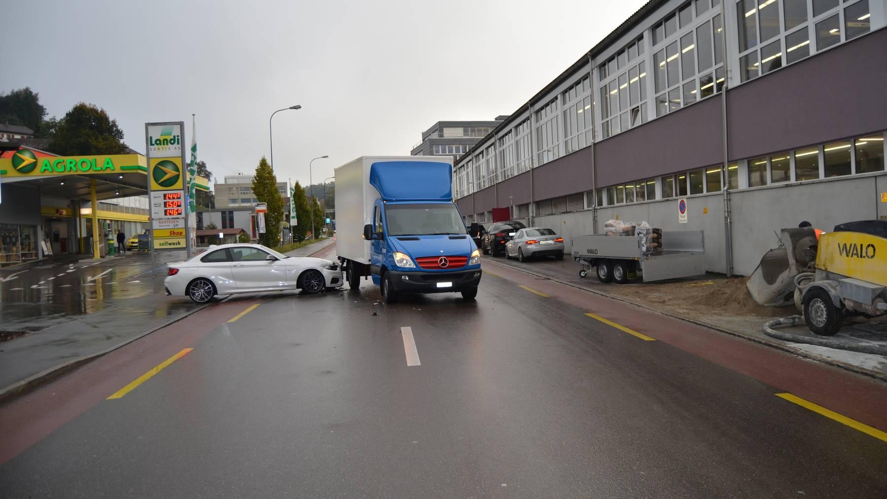 Ein weisser Personenwagen stiess in die Seite des Lieferwagens.