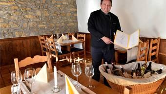 Ueli Wietlisbach präsentiert stolz seine Speisekarte und seinen Weinwagen.