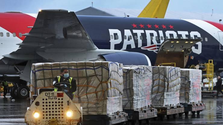 Das US-Football-Team der New England Patriots hilft mit beim Transport von mehr als einer Million Masken aus China, die zum Schutz vor dem Coronavirus eingesetzt werden.