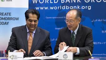 Weltbank-Chef Jim Yong Kim (rechts) wird weitere fünf Jahre im Amt bleiben. Die USA, Deutschland, Frankreich und China unterstützten seine Kandidatur. Bei den Mitarbeitern der Weltbank ist Kim jedoch nicht unumstritten.