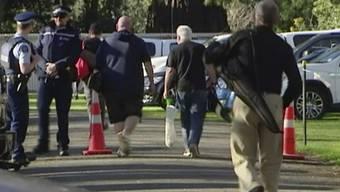 Männer in Christchurch bringen ihre bald illegalen Waffen zur Zerstörung und lassen sich dafür entschädigen.