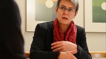 Verena Meyer im Gespräch mit einem Einwohner.