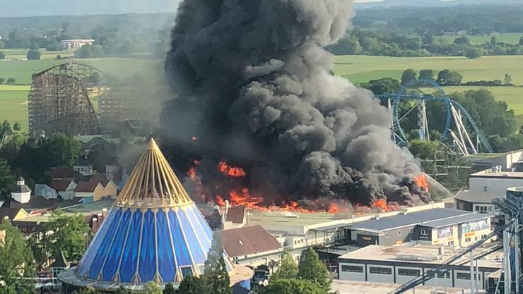 Grossbrand im Europapark in Rust: Eine schwarze Rauchsäule steigt über dem Europapark Rust auf. (Samstag, 26. Mai 2018)