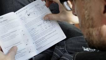 Mann beim Lesen einer Gebrauchsanweisung (Archiv)