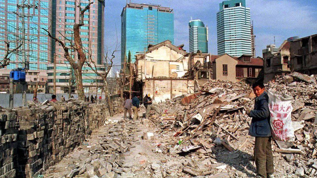 Die Schweiz kann der Asien-Infrastrukturbank (AIIB) beitreten. Im Bild Abbruch- und Neubauarbeiten in der rasch wachsenden chinesischen Stadt Schanghai. (Archiv)