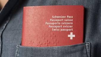 Kann das Geburtsdatum einer Person nicht nachgewiesen werden, fehlt es im Pass. Der Bundesrat will das ändern. (Symbolbild)