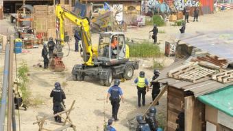 Szenen aus dem vergangenen Sommer: Die Polizei räumt den Wagenplatz. Es kommt zu Verhaftungen und die Polizei muss die Aktivisten vom Dach einer Hütte holen. Martin Töngi/Archiv