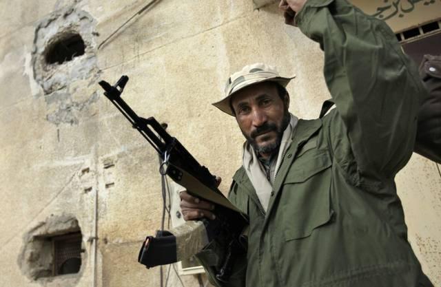 Gaddafi-treuer Kämpfer beim Journalistenbesuch in Bin Jawwad