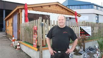 Rolf Fahrni hat das Häuschen für seinen Imbiss selber gebaut, mithilfe von Freunden.