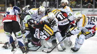 Viel Verkehr vor dem Bieler Tor im ersten Eishockey Playoff-Viertelfinalspiel der National League A zwischen dem SC Bern und dem EHC Biel.