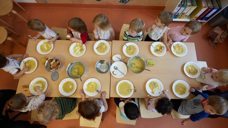 Ab Mitte August erhalten Eltern mehr Geld für die familienergänzende Kinderbetreuung.