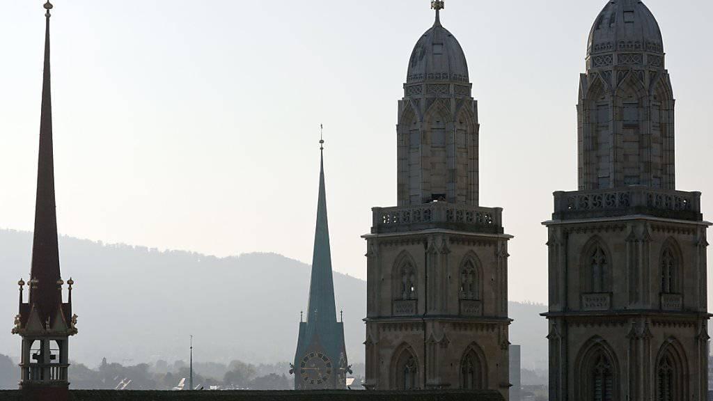 Und wieder führt eine Terrorspur auch in die Schweiz: Einer der Barcelona-Attentäter soll sich im Dezember in Zürich aufgehalten haben (im Bild: das Grossmünster in der Limmatstadt, Aufnahme vom Oktober 2010).