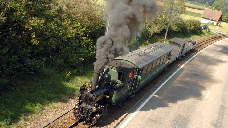 Bald Geschichte: der fahrende Dampfzug zwischen den WB-Stationen Talhaus und Lampenberg-Ramlinsburg.