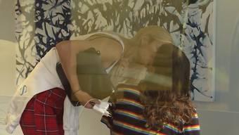 Tamynique leben für 24 Stunden im Schaufenster