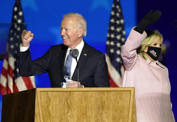 Der frühere Vizepräsident Joe Biden spricht in der Wahlnacht zu seinen Anhängern.