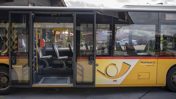 Unternehmen des öffentlichen Verkehrs wie Postauto hätten Anspruch auf Kurzarbeitsentschädigung, sagen die kantonalen Verkehrsdirektoren.