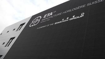 ETA-Logo und Schriftzug wurden soeben an der Fassade montiert. fup