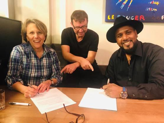 Gute Stimmung bei der Vertragsunterschrift: Produzentin Alexandra Schild (von links), Regisseur This Lüscher und Siva Ganesu.