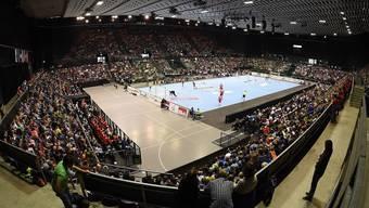 Hier sollen ab 2018 deutlich mehr Zuschauer Platz finden: Die St. Jakobshalle während des Handball-EM-Qualifikationsspiels Schweiz-Frankreich in Basel am 2.11.2014. Vor allem die Kapazität der Stehplätze soll deutlich erhöht werden.