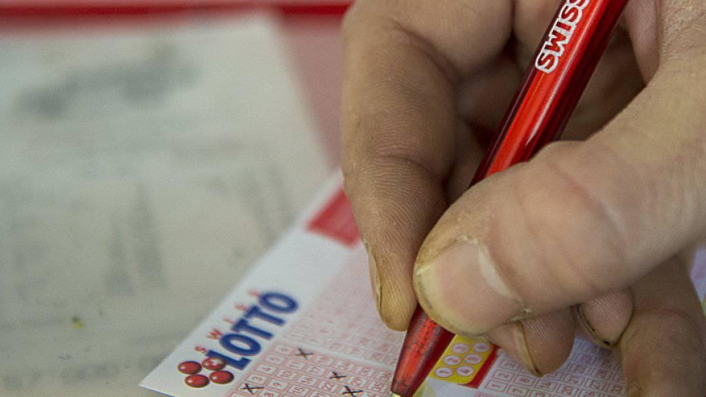 An manchen Verkaufsstellen konnten am Freitagvormittag keine Lottoscheine abgegeben werden (Symbolbild).