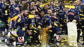 Letztlich vergeblicher Jubel: Die Spieler der SC Langenthal feiern ihren Titel in der Swiss League. Letztlich verzichtete die Klubführung aber auf das Bestreiten der Ligaqualifikation gegen den Letzten der National League, Rapperswil-Jona