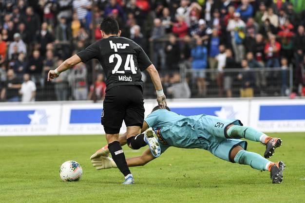 Petar Misic überlistet Torhüter Sebastian Osigwe.