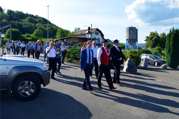 In Trachten gekleidet: Die Gemeinderäte Wanzenried (M.) und Näf (r.) auf dem Weg zur Schiffsanlegestelle Felsenau.