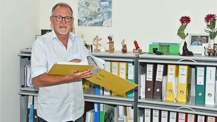 Hans Vögeli war Fussballspieler, Buchhalter, Unternehmensberater – die Collage hinter ihm soll sein Leben zusammenfassen.