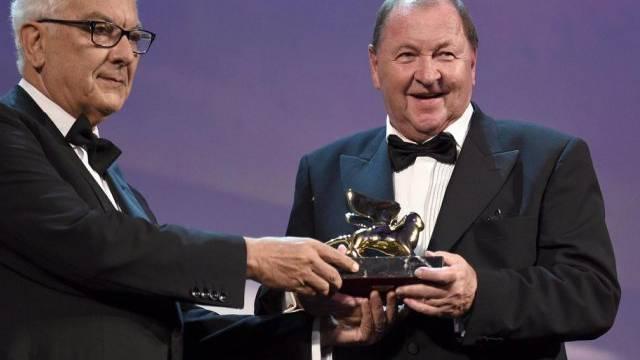 Roy Andersson (rechts) nimmt in Venedig den Goldenen Löwen entgegen