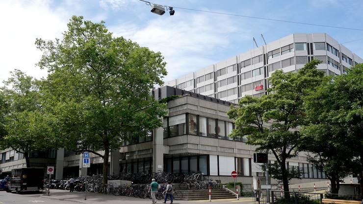 Das Universitätsspital Basel (im Bild) und die Baselbieter Kantonsspitäler sollen in einer Spitalgruppe zusammengelegt werden.