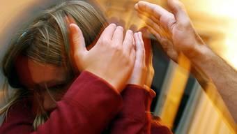 """[Gestellte Aufnahme] - Ein Kind wird zu Hause vom seinem Vater geohrfeigt. Die Gruppe """"Keine Gewalt gegen Kinder"""" will ein absolutes Verbot von Körperstrafen und psychischer Gewalt an Kindern erwirken. (Archivbild)"""
