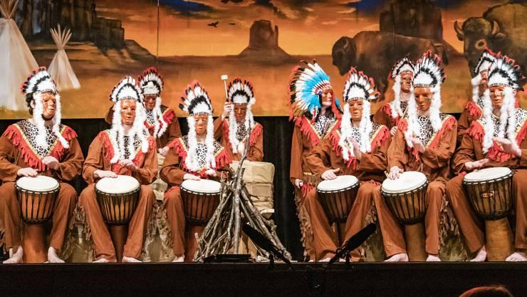Feuerwasser, Solo Tambouren Rotstab Stamm. Perkussions Nummer Tambouren als Indianer