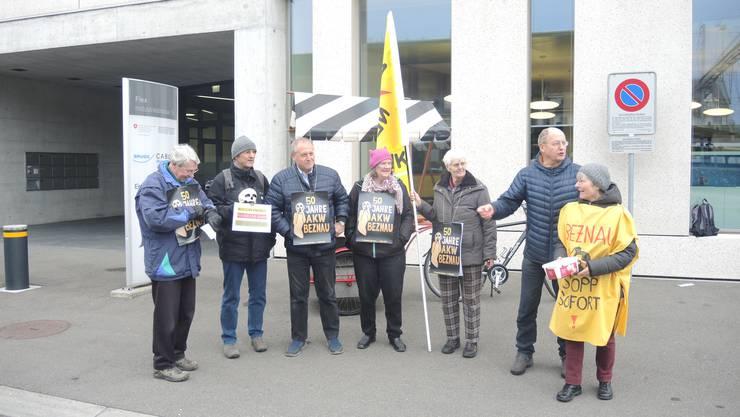 Heini Glauser (rechts) verteilt mit den anderen Atomgegnern vor dem Ensi Guetzli.