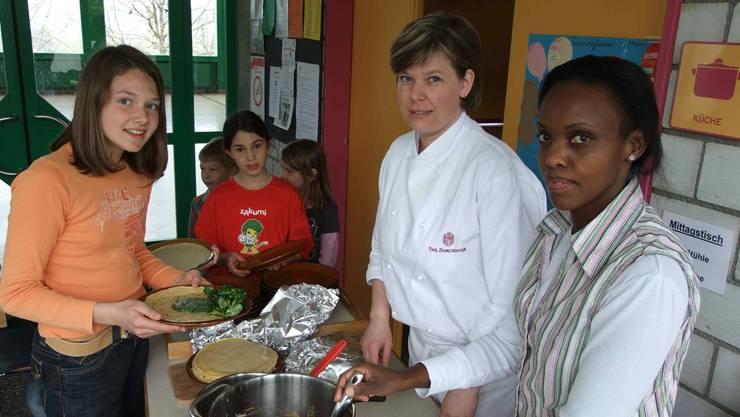 Köchin/Ernährungsberaterin Melanie Ferreira de Almeida und Betty Pascali (rechts) am Mittagstisch.