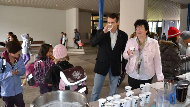 Ein Becher Milch und ein gemeinsames Konzept: Rudolfstettens Schulpflegepräsidentin Doris Fischer und Widens Schulpflegechef Aldo Patriarca in der Pausenhalle der Dorfschule Rudolfstetten.  sl