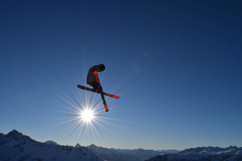 Dario war leidenschaftlicher Free-Ski-Fahrer – hier in der Luft von Davos. (© zVg)