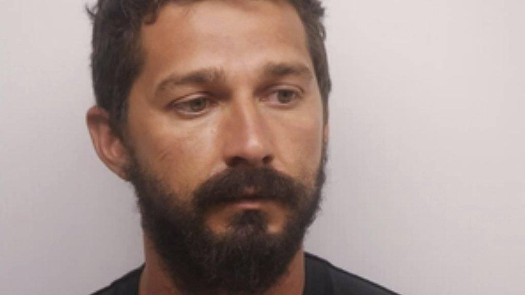 Betrunken in der Öffentlichkeit herumgepöbelt: US-Filmstar Shia LaBeouf wurde erneut kurzzeitig festgenommen und gegen 7000 Dollar Kaution wieder freigelassen.