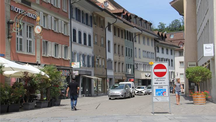 Die Beschilderung am oberen Ende der Brugger Altstadt ist nicht einladend und sorgt bei Ortsunkundigen oft für Verwirrung. Bild: cm