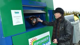 Ein Nusshöfer entsorgt mit seiner Prepaid-Karte einen Kehrichtsack im Sammelcontainer.