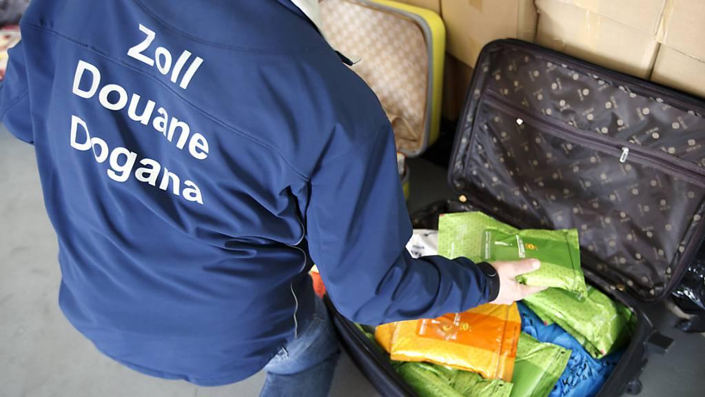 Im Gepäck eines Angolaners haben Zöllner am Flughafen Genf unter anderem getrocknete Fledermäuse sowie fast zwei Kilogramm tote Raupen gefunden. (Archivbild)
