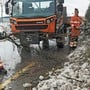 Georg Schlienger und Andrea Ackle, Mitarbeiter des Fricker Bauamts, haben mit der Beseitigung der Winterschäden alle Hände voll zu tun.